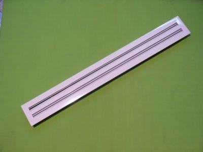 Fabricación con ranuras disponibles en tres anchos: 1/2 ,3/4. Y 1 pulgada. Disponibles como difusores lineales de  inyección DL. (Con aletas deflectoras) y     como rejillas lineales de retorno RL( sin aletas) Aletas deflectoras que controlan el patrón de  flujo de aire el volumen y la caída de       presión. Aletas ajustables individuales y firmemente soportada, proporcionan un patrón de flujo horizontal y/o vertical aun desde una sola ranura. Conectores de acero sobre la cara interna para una mejor continuidad. Construcción: Marcos y aletas de aluminio de gran resistencia. Acabado: Blanco refrigerador de pintura e Electrostática con secado  al horno, en color blanco ostión, pintura  esmaltada. Secado al horno y en color negro mate secado al aire.